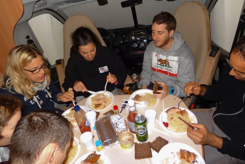 Oui, il est possible de manger à 8 dans un camping-car!