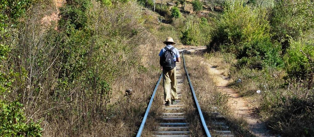 Zaw, sur le chemin de fer pendant le trek