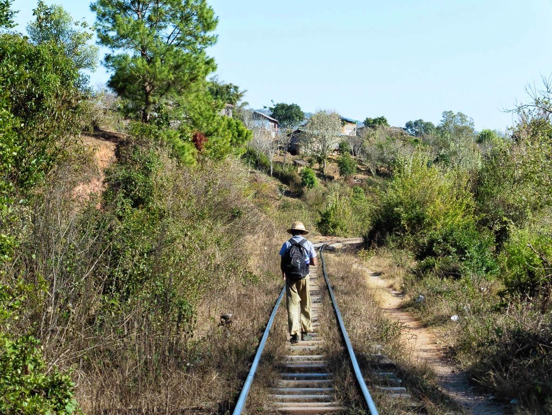 Zaw, le long du chemin de fer pendant le trek