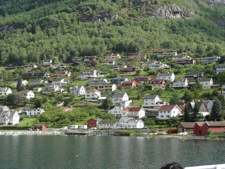 Vue sur le village Aurlandsvangen depuis le bateau