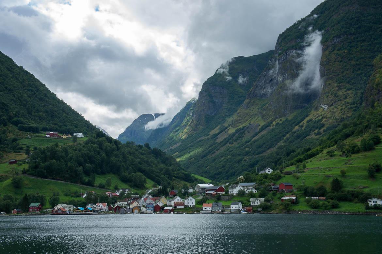 Village norvégien le long du Sognefjord