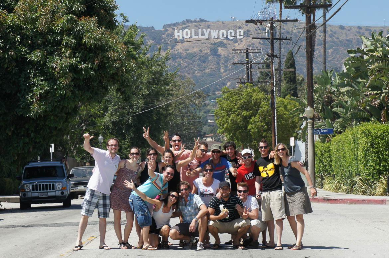 Tout le groupe devant le signe Hollywood