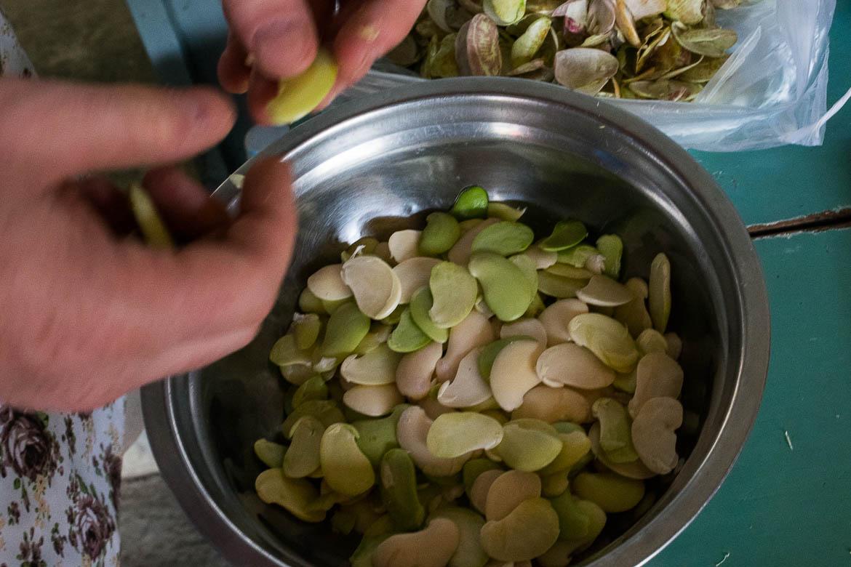 Epluchage des haricots papillon (butterfly bean)
