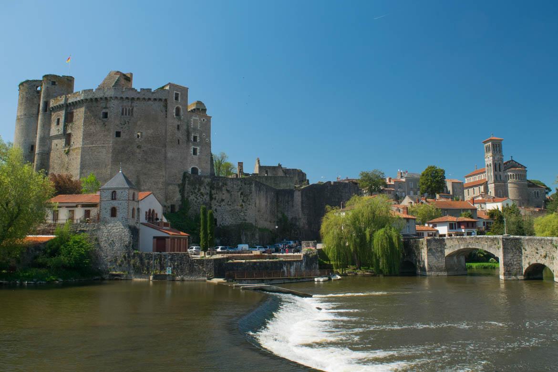 Vue sur le château et l'église Notre-Dame