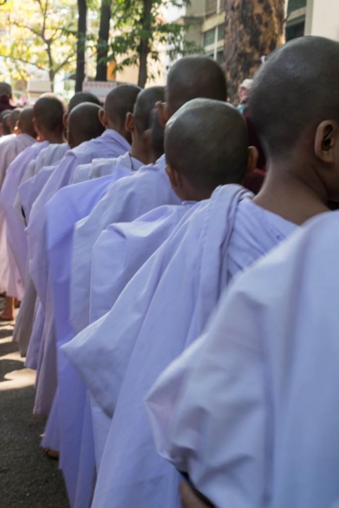 Moines faisant la queue pour recevoir des offrandes