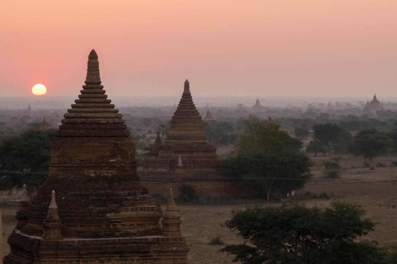 Lever de soleil sur les temples de Bagan