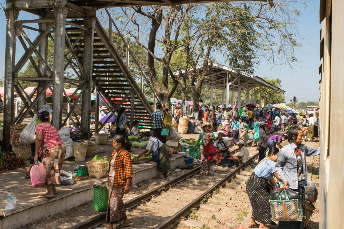 Marché le long du Circle Train à Yangon