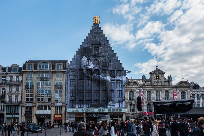 La Grand Place et la façade de la Voix du Nord investie par l'artiste JR