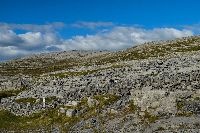 Colline de pierres dans le Burren