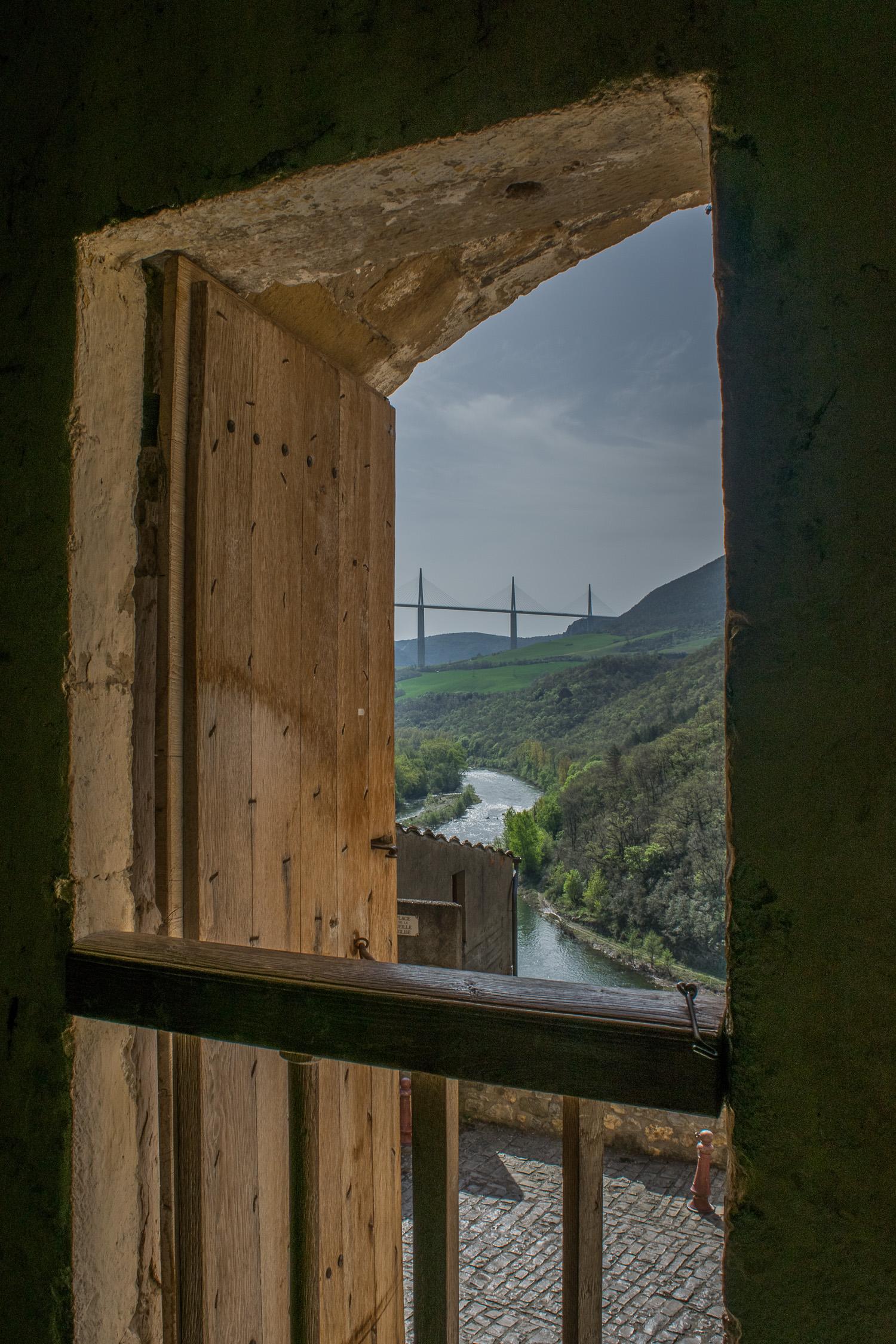 Vue sur le Viaduc depuis l'église semi-troglodytique de Peyre