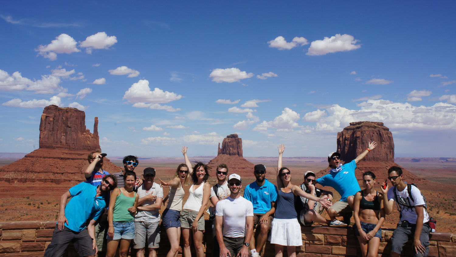 Photo de groupe devant les fameuses buttes de Monument Valley