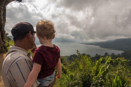 Malo dans les bras d'un de nos chauffeurs, Bali, 2 semaines en famille