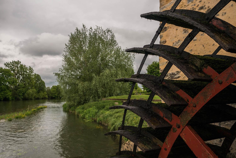 Tourisme fluvial sur la Sarthe : Le moulin Cyprien sur l'^le Moulinsart, l'un des moulins à roues à aubes que l'on croise régulièrement sur la Sarthe