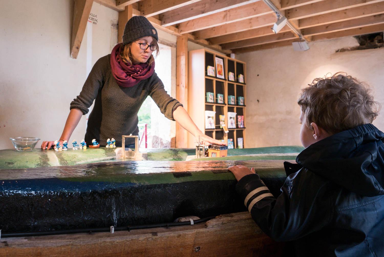 Tourisme fluvial sur la Sarthe : Sur l'île Moulinsart, la meunière passionnée vous transmet son savoir et fait du fonctionnement du moulin, un jeu d'enfant