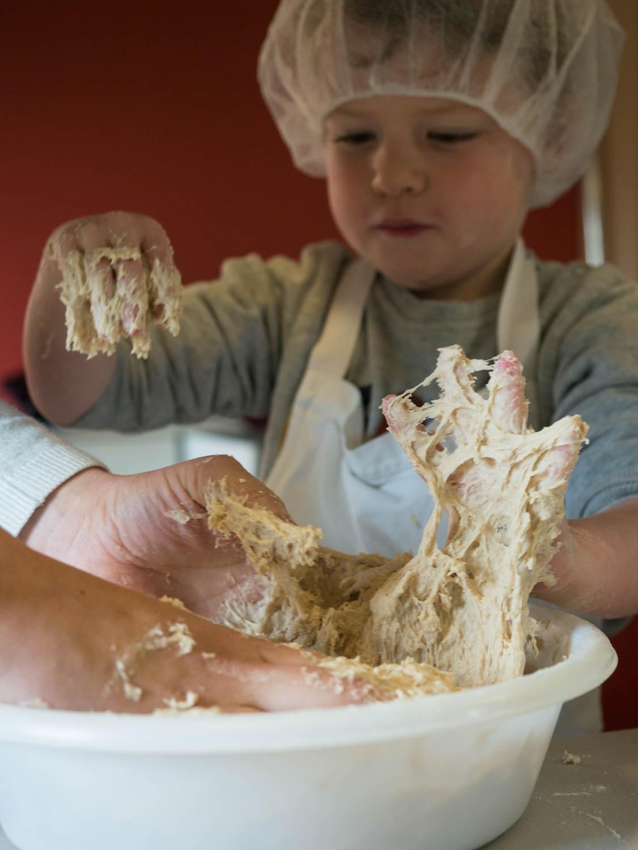 Tourisme fluvial sur la Sarthe : Après avoir vu la fabrication de la farine, place à la pratique avec la fabrication de son pain
