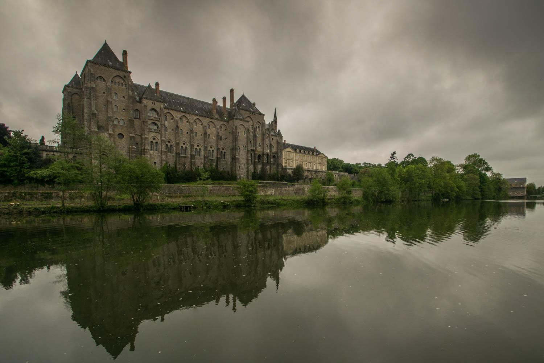 Tourisme fluvial sur la Sarthe : L'abbaye de Solesmes, le patrimoine que l'on peut découvrir sur la Sarthe