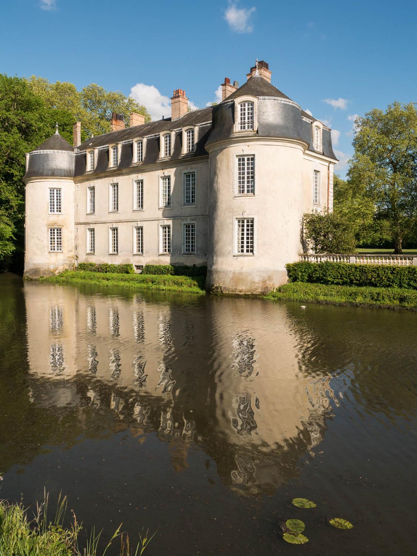 Tourisme fluvial sur la Sarthe : La Sarthe présente un beau patrimoine comme le château de Malicorne