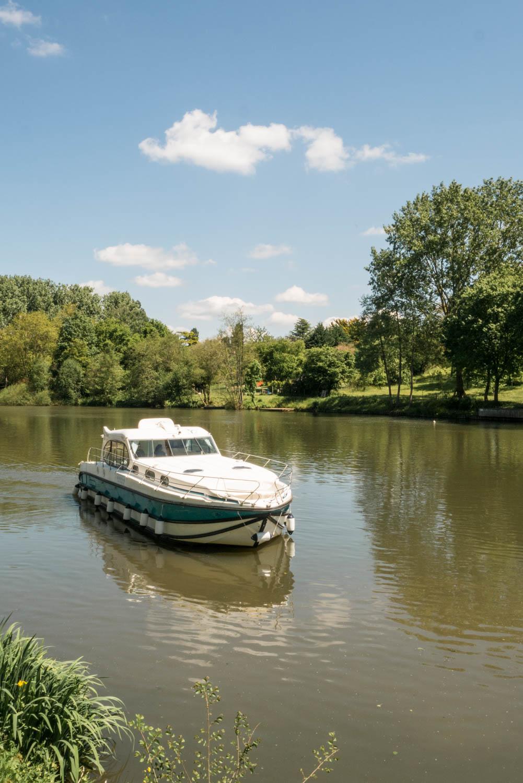 Tourisme fluvial sur la Sarthe : naviguer sans permis sur ses beaux bateaux tout confort.