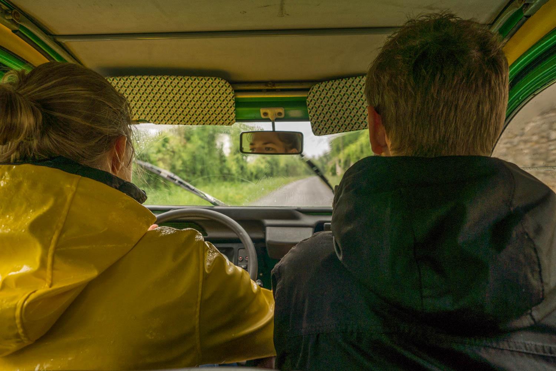 Tourisme fluvial sur la Sarthe : Conduire une 2CV, une belle expérience avec de belles sensations