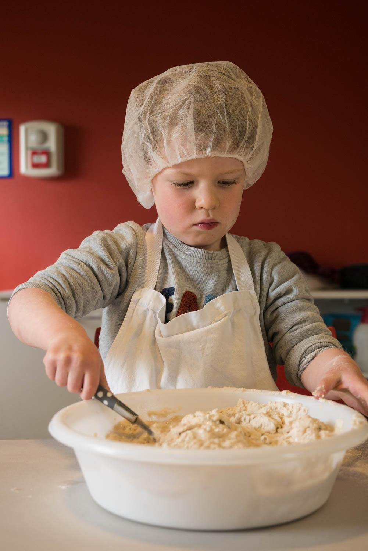 Tourisme fluvial sur la Sarthe : Faire son pain sur l'île Moulinsart est une des nombreuses activités familiales