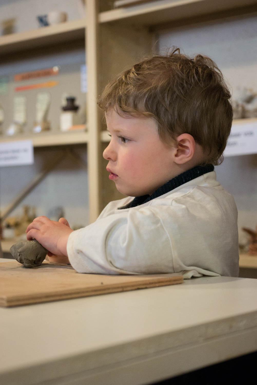 Tourisme fluvial sur la Sarthe : A la faïencerie de Malicorne, l'atelier poterie captive les plus petits